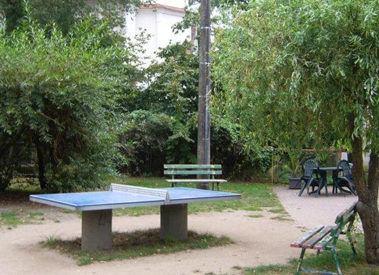 Blick auf die blaue Tischtennisplatte im Außenbereich.