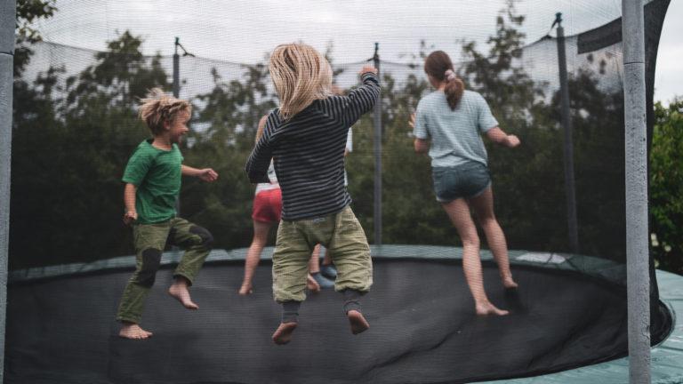 4 Kinder hüpfen auf einem Trampolin