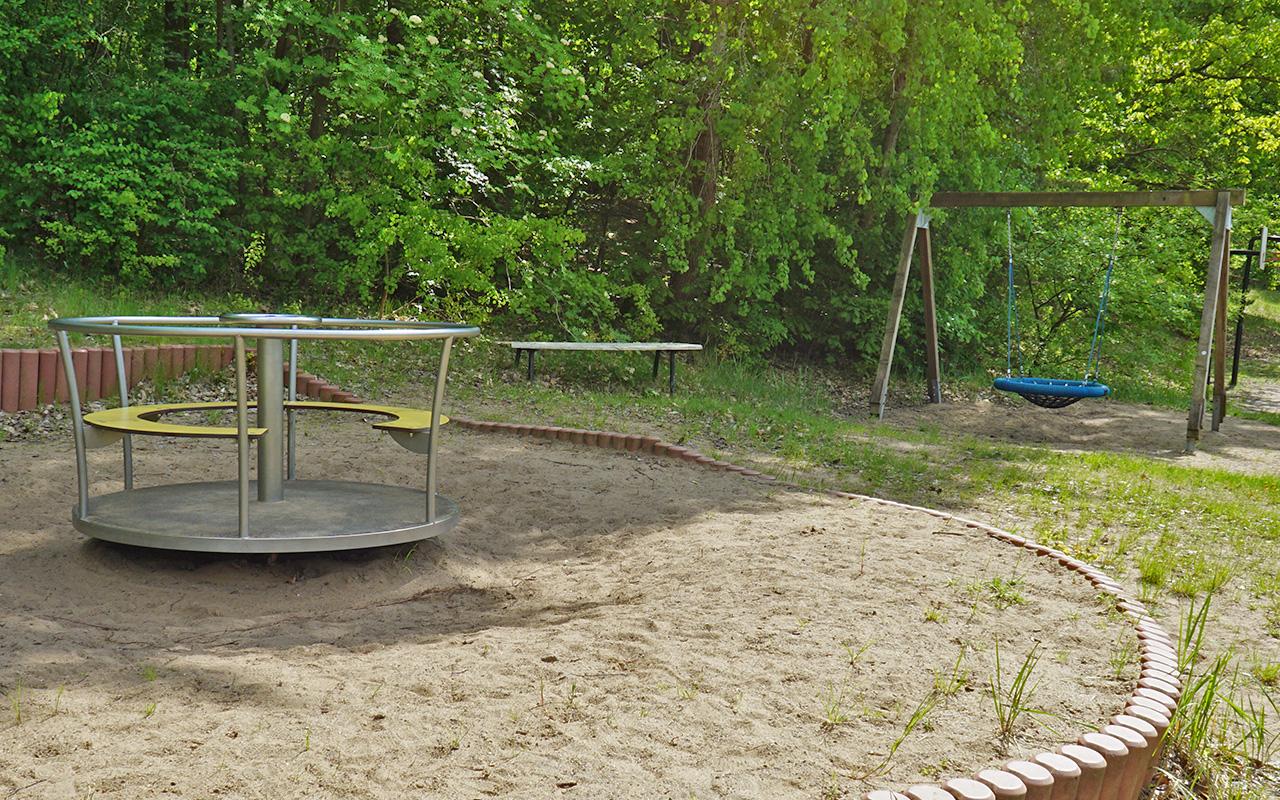 Spielplatz, Volleyballfeld und Fußballplatz