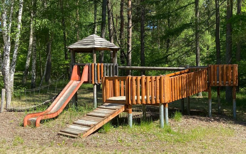 Outdoor Spielplatz mit Rutsche